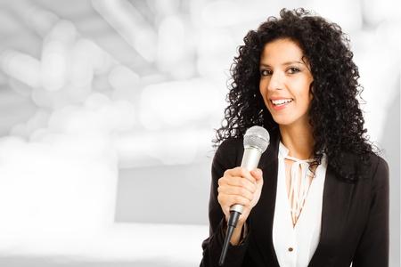 reportero: Retrato de una bella mujer hablando en un micrófono