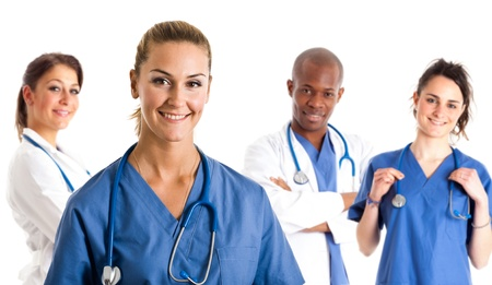 Retrato de una enfermera en frente de su equipo médico