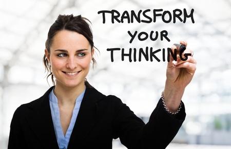 mente: Empresaria escribiendo un concepto motivacional en la pantalla