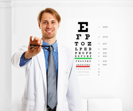 oculista: Oculista hace una prueba de visi�n