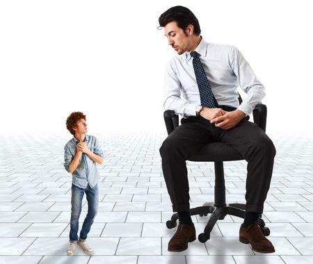 Pequeño hombre joven asustado por un gran hombre de negocios