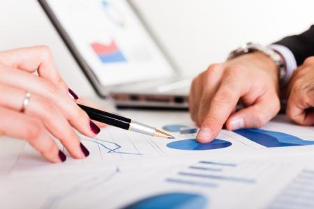 analyse: Les gens d'affaires discuter lors d'une r�union