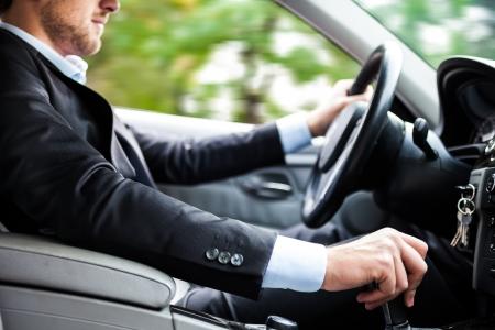 vezetés: Az ember vezette a kocsiját Stock fotó