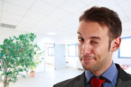 clin d oeil: Portrait d'un homme d'affaires dr�le clin d'oeil � vous Banque d'images