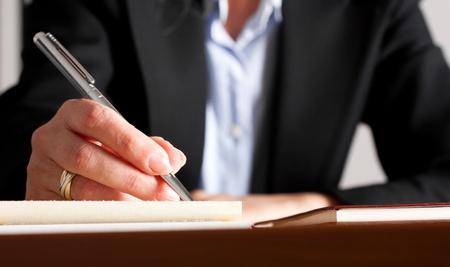 schreiben: Nahaufnahme einer Frau schriftlich auf einem Notebook
