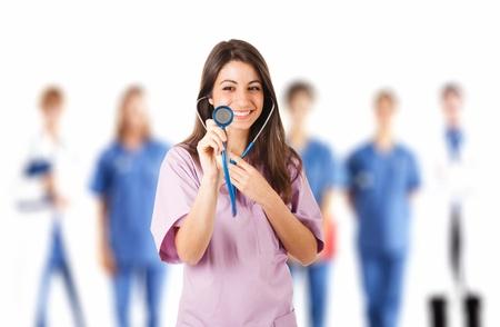 historia clinica: Retrato de una enfermera bonita joven en frente de su equipo