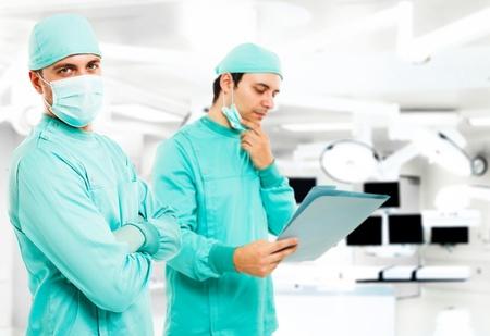 historia clinica: Retrato de dos cirujanos en el quir�fano Foto de archivo