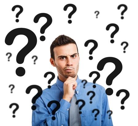 persona confundida: Retrato de un hombre pensativo tener dudas