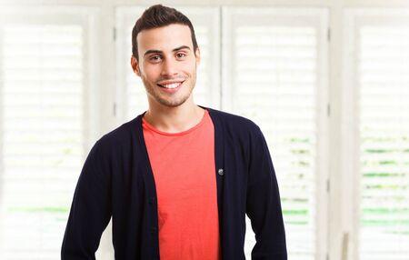 hombres jovenes: Retrato de un hombre joven y sonriente Foto de archivo