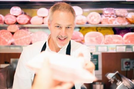 carniceria: Tendero atendiendo a un cliente en una tienda de comestibles