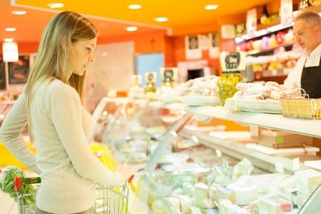 carniceria: Mujer de compras en el supermercado Foto de archivo
