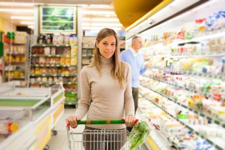 tiendas de comida: Mujer de compras en el supermercado Foto de archivo