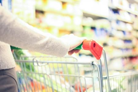 carro supermercado: Mujer de compras en el supermercado Foto de archivo