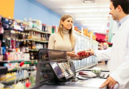 oficinista: Mujer de compras en el supermercado Foto de archivo