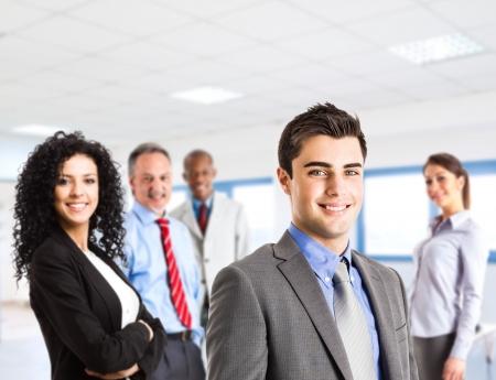 mucha gente: Grupo de hombres de negocios sonrientes Foto de archivo