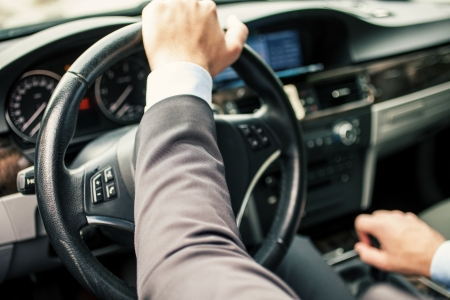 D�tail d'un homme au volant de sa voiture photo
