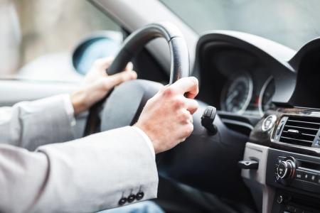 hombre conduciendo: El hombre conduc�a su coche Foto de archivo