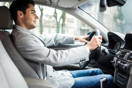 hombre conduciendo: El hombre conducía su coche Foto de archivo