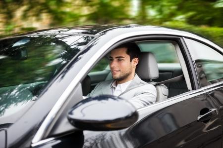 hombre conduciendo: Retrato de un hombre que conducía un coche