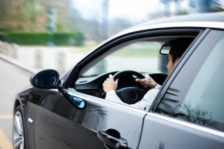 aandrijvingen: Portret van een man het besturen van een auto