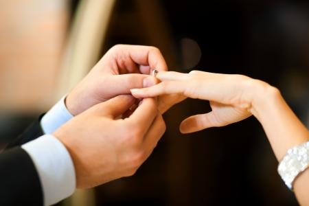 anillo de compromiso: Hombre que da un anillo de compromiso a su novia