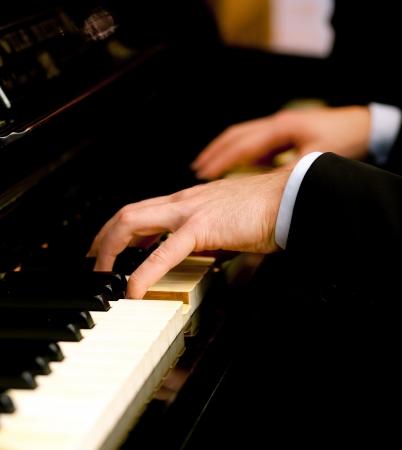 tocando el piano: Hombre tocando el piano