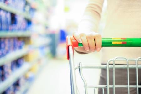 Vrouw winkelen in de supermarkt