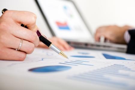 contabilidad: La gente de negocios en el trabajo durante una reuni�n