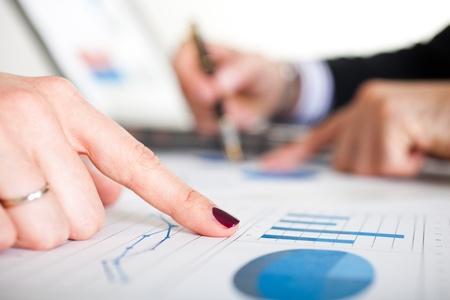 economia: La gente de negocios en el trabajo durante una reuni�n