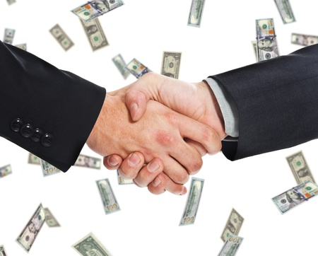 confianza concepto: Hombres de negocios que sacuden las manos contra una lluvia de dinero