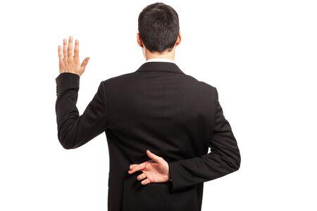 Schwören mit Daumen hinter dem Rücken