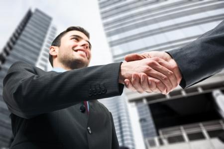 personas saludandose: Los hombres de negocios d�ndose la mano