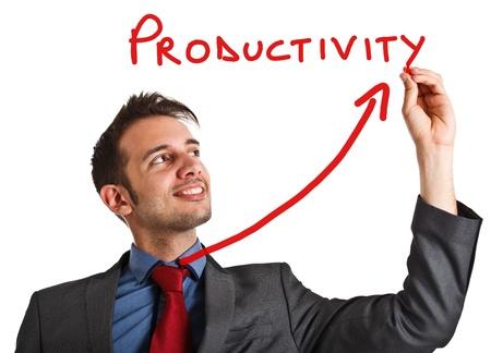 productividad: Hombre de negocios amistoso escribir la palabra de la productividad y una flecha ascendente