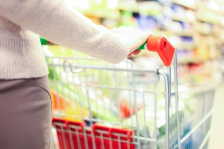 supermercado: Mujer de compras en el supermercado Foto de archivo