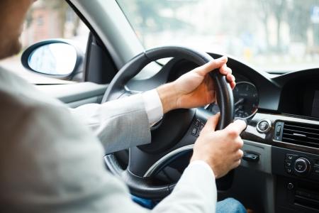 Portrait d'un homme au volant de sa voiture Banque d'images