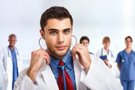 doctoring: Ritratto di un bel medico di fronte alla sua equipe medica