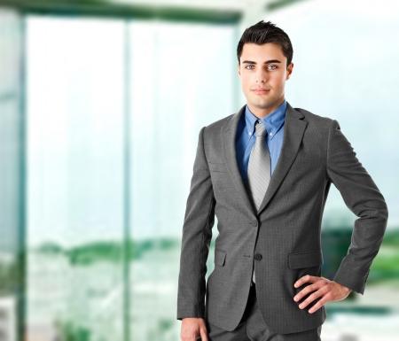 agente comercial: Retrato de un empresario joven y guapo