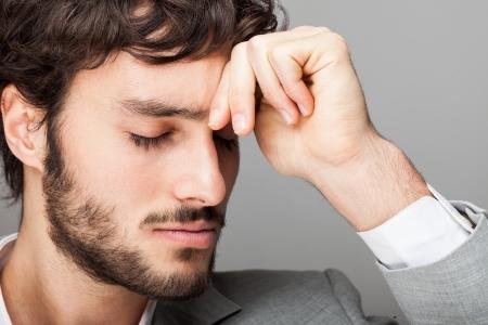 male headache: Retrato de un hombre de negocios pensativo