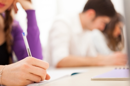 adolescentes estudiando: Estudiante femenino en el trabajo Foto de archivo
