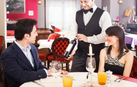 mesero: Pareja elegir el vino mientras cenaba en un restaurante