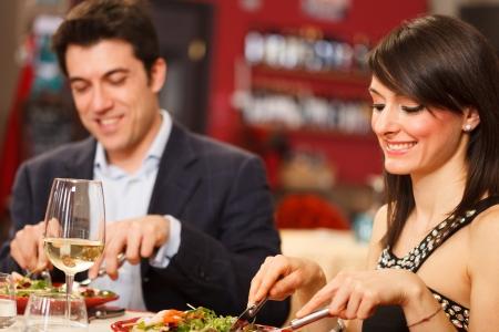 pareja comiendo: Pareja cenando en un restaurante
