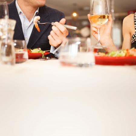 ätande: Par med middag på en restaurang Stockfoto