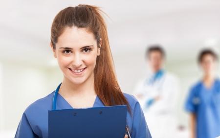 Portret van een lachende jonge verpleegster