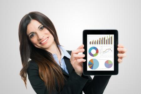 productividad: Empresaria que muestra informes financieros en un equipo Tablet PC Foto de archivo