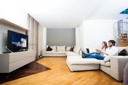 Couple de jouer à un jeu vidéo dans le salon