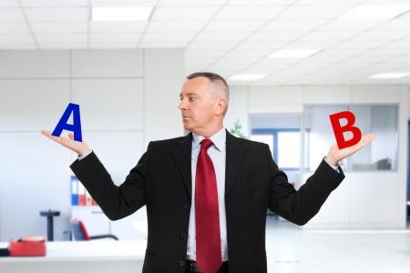 opt: Confused biznesmen próbuje podjąć decyzję Zdjęcie Seryjne