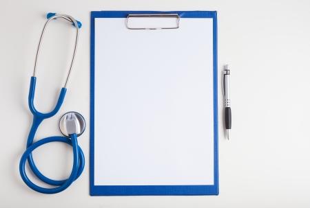 historia clinica: Papel blanco, estetoscopio y una pluma