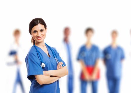 estudiantes medicina: Retrato de una enfermera sonriente en frente de su equipo m�dico