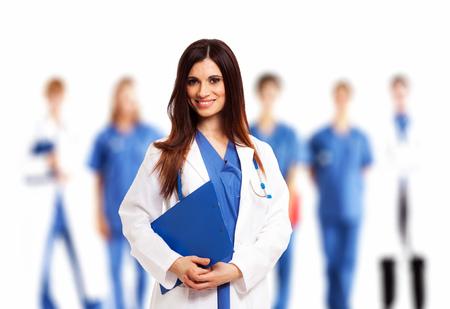 equipe medica: Sorridente medico di fronte al suo gruppo di medici Archivio Fotografico
