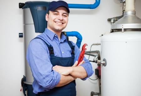T?cnico de mantenimiento de un calentador de agua caliente Foto de archivo - 22770883